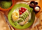 Putenbrust in Scheiben mit Petersilienpesto, Tomaten & Nudeln