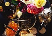 Zutaten für die 'Tea-Time': Whisky, schwarzer Tee etc.