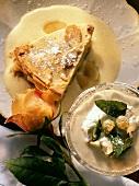 Ein Stück Apple Pie mit Vanillesauce & Stachelbeercreme