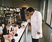 Lorenzo Tablino im Labor des Weingutes Fontanafredda, Piemont