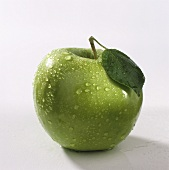A Granny Smith with drops of water