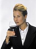 Junge Frau prüft Bukett von Rotwein