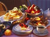 Aprikosenbienenstich, Beerenkuchen & Obststreuselkuchen