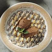 Mousse au chocolat auf dekorativem Kuchengitter angerichtet