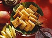Mehrere Stücke Cassave-Kokos-Kuchen (aus Indonesien)