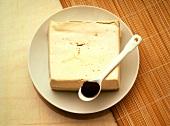 Tofu & ein Löffel Misopaste auf Teller