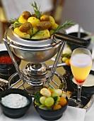 Kartoffelfondue mit Saucen & Mixed Pickles,Getränk Pisco Sour
