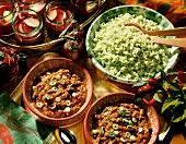 Chili con carne auf Tellern & grüner Paprikareis in Schale