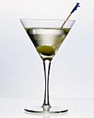 Martini dry mit Wodka im Aperitifglas mit Olive am Spieß