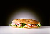 Schinkenstangerl - ein Baguette mit Schinken, Tomate, Salat