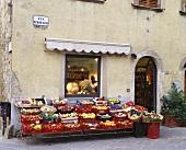 Laden mit Obst- & Gemüseauslage in Castellina (Toskana)