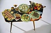 50er-Jahre-Tisch mit Partyhäppchen, Knabberzeug & Aperitifs