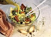 Gemischten Blattsalat mit Gemüse anmachen (Dressing zugießen)
