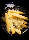 Pommes frites in heißem Fett frittieren