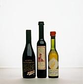 Essig: Zwei Flaschen Aceto Balsamico & eine Aceto di Arneis