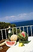 Melonen, Zitrone & Wein auf Balkon am Meer in Italien