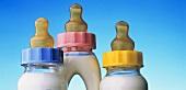 Drei Babyflaschen mit Milch