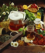 Stillleben mit Teekanne, -glas & vielen Tee- & Zuckersorten