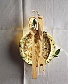 Sauerkraut in Schale & auf Holzlöffel (auf Schale liegend)