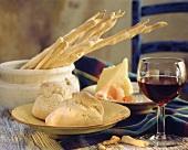 Zwei Brötchen, Käse & Schinken, Grissini & ein Glas Rotwein
