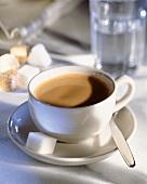 Tasse Kaffee mit Milch & Zucker