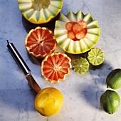 Fruchthälften zackenförmig einschneiden mit Dekoriermesser