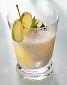 Apfel-Sellerie-Saft im Glas, garniert mit Apfelscheibe