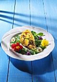 Crepessäckchen mit Champignonfüllung & Blütensalat auf Teller