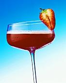 Strawberry Margarita im Cocktailglas mit Erdbeere