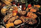 Verschiedenes Grillfleisch & Gemüse auf Grill & Tellern