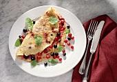 Crepe mit roten & schwarzen Johannisbeeren & Minzeblättchen