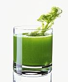 Grüner Fenchelsaft im Glas