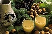 Zwei Gläser Federweisser, Deko: Weinkrug, Trauben & Nüsse