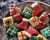 Mürbteigplätzchen (bunte Päckchen, Stiefel, Weihnachtsmänner)