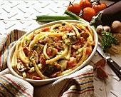 Makkaroniauflauf mit Tomaten, Auberginen & Pilzen in der Form