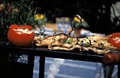 Gefülltes Gemüse & gegrillte Schweinesteaks auf Grilltisch