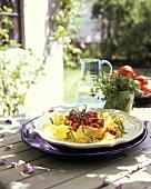 Bandnudeln mit Rucola & Tomatensauce auf Teller (aussen)