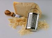 Parmesan, am Stück & gerieben, mit Käsemesser & Käsereibe