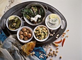 Schälchen mit türkischen Vorspeisen auf Tablett