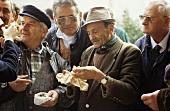 Männer prüfen Trüffel auf dem Trüffelmarkt in Alba