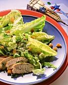 Caesars Salad (Romanasalat) mit Hähnchenbrust & Croutons