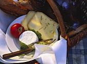 Ziegenfrischkäse, Greyerzer & Apfel auf Teller (aussen)