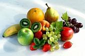Obst & Früchte auf Haufen, weisser Untergrund