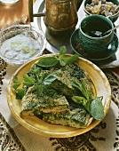 Arabisches Kräuteromelett auf Teller & Joghurtsauce in Schale