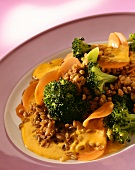 Green rye with carrots, broccoli and curried cream