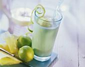 Powerdrink: Ananaskefir mit Mango-Joghurt-Eis im Glas