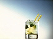 Caipirinha im Glas mit zwei Strohhalmen