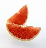 Zwei Schnitze einer rosa Grapefruit
