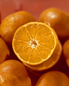 Mandarinenscheiben auf ganzen Mandarinen