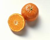 Ganze und halbe Mandarine (Satsuma)